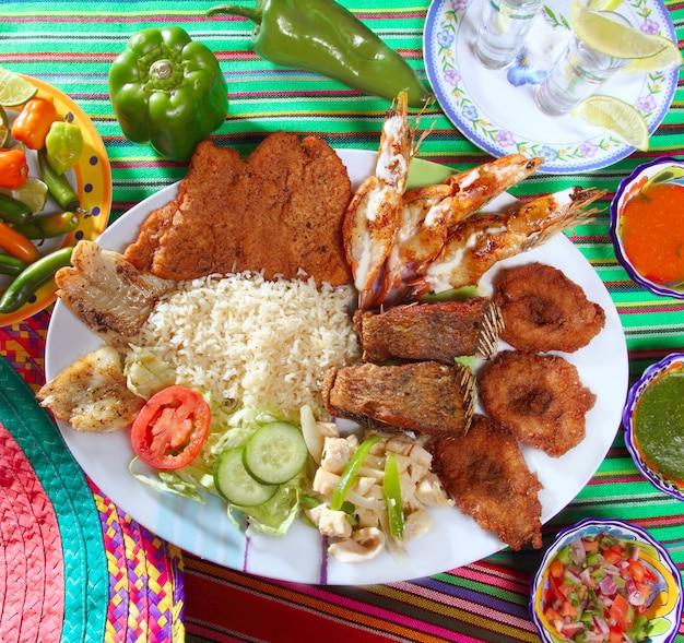 Sortierte gegrillte meeresfrüchte im mexiko-tequila-paprika Premium Fotos