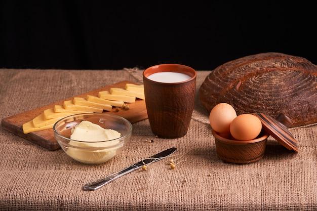 Sortierte milchprodukte melken, käse, rustikales stillleben der butter auf tabelle Premium Fotos