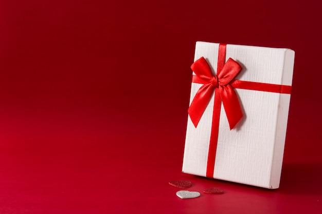 Sortierte weiße geschenkbox auf rotem hintergrund kopienraum Premium Fotos