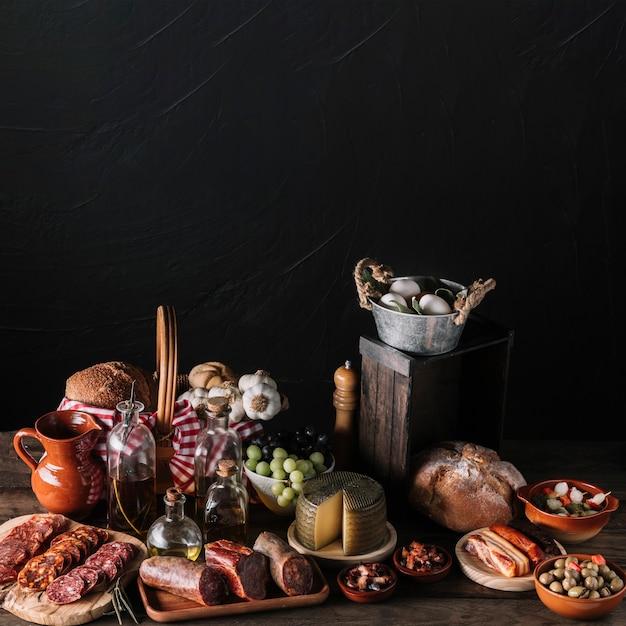Sortiertes lebensmittel nahe schwarzer wand Kostenlose Fotos