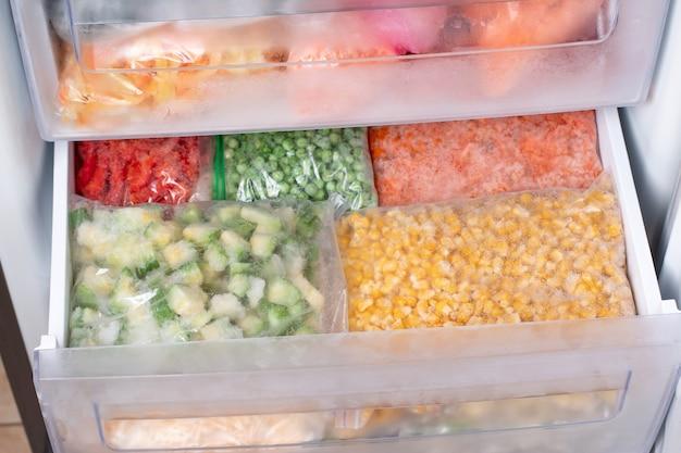 Sortiment gefrorener gemüse im kühlschrank zu hause Premium Fotos