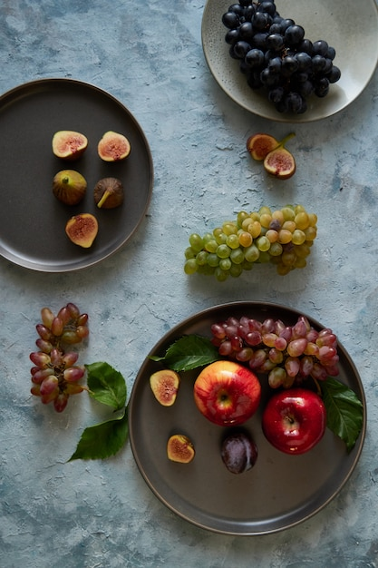 Sortiment gesunde bio-früchte in platten Premium Fotos