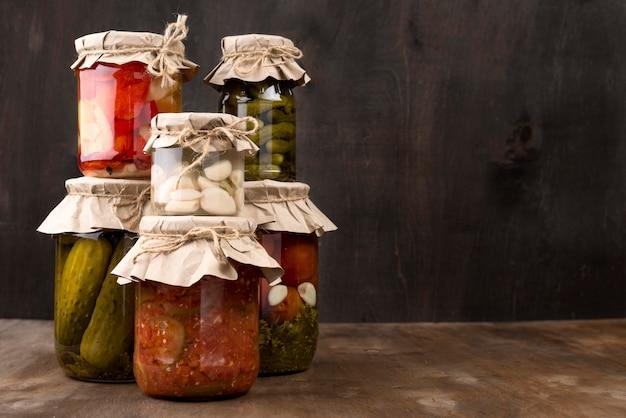 Sortiment mit eingelegtem gemüse in gläsern Premium Fotos