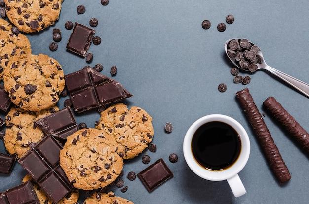 Sortiment mit keksen, schokosticks und kaffee Kostenlose Fotos