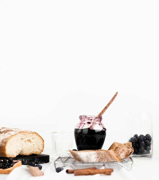 Sortiment mit leckerer marmelade und brot Kostenlose Fotos