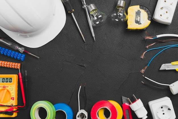 Sortiment von werkzeugen und bauarbeiterhelm Kostenlose Fotos