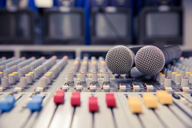 Sound mixer mit professionellen mikrofonen im kontrollraum. Premium Fotos