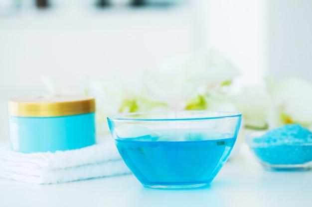Spa. blaue badesalz-schönheits-behandlung Premium Fotos