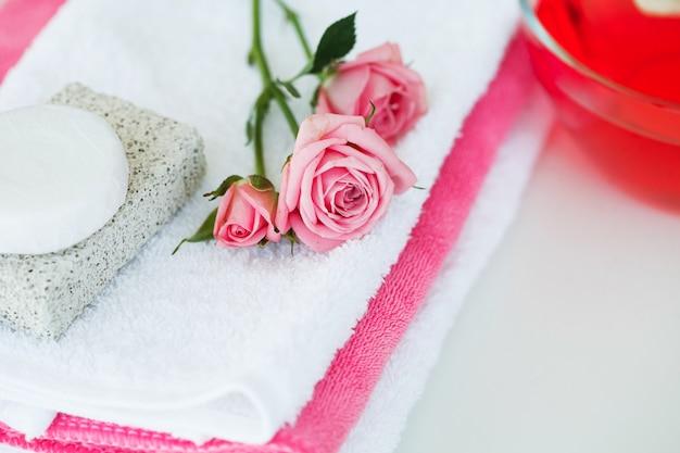 Spa. cosmaetic-creme mit rose petals and rose flower on white table Premium Fotos