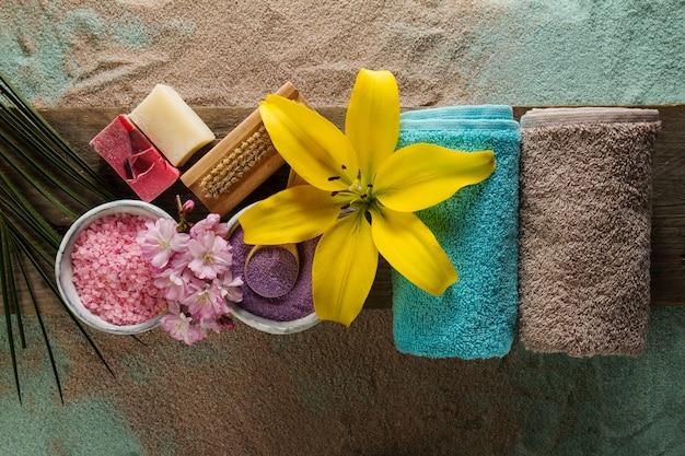 Spa-Konzept. Draufsicht auf schöne Spa Produkte mit Platz für Text. Ätherische Öle mit schönen Blumen, Handtücher, Spa-Salz und handgemachte Seife. Kostenlose Fotos
