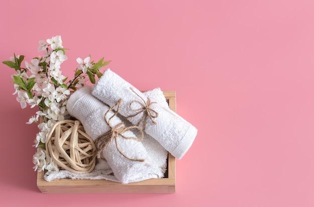 Spa stillleben auf rosa hintergrund mit frühlingsblumen Kostenlose Fotos