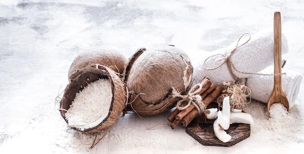 Spa stillleben der bio-kosmetik mit kokosnüssen auf einem hellen hölzernen hintergrund, körperpflegekonzept Kostenlose Fotos