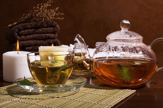 Spa-stillleben: grüner tee, aromaöl, handtücher Premium Fotos