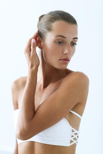 Spa und schönheit. schöne frau im weißen bikini Kostenlose Fotos