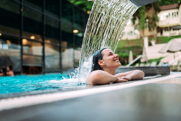 Spa-wasseranwendungen, schwimmbad. Premium Fotos