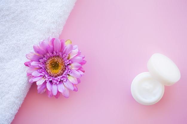 Spa. weiße baumwolltücher verwenden im badekurort-badezimmer auf rosa Premium Fotos