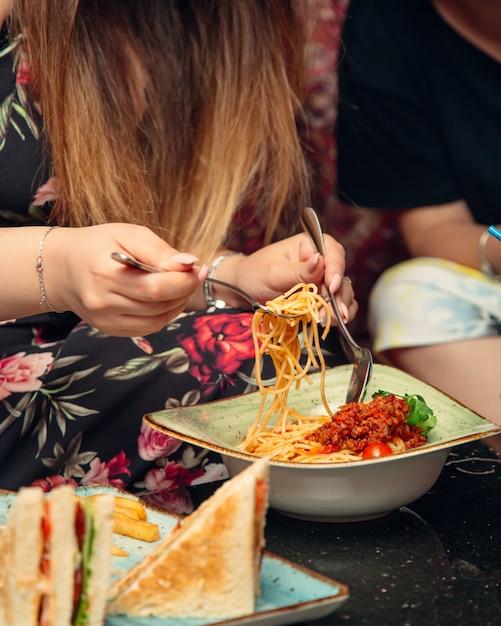 Spaghetti mit fleisch in tomaten Kostenlose Fotos