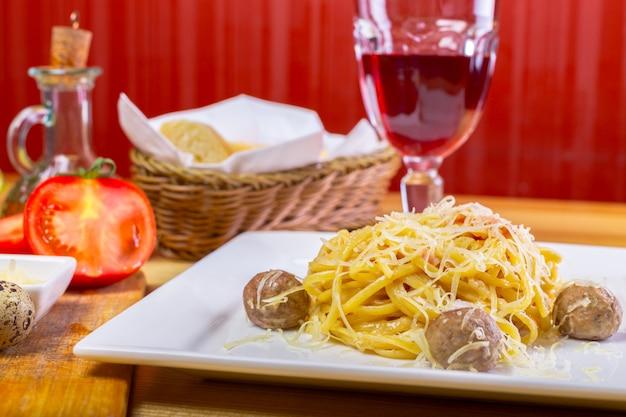 Spaghetti mit fleischbällchen Premium Fotos