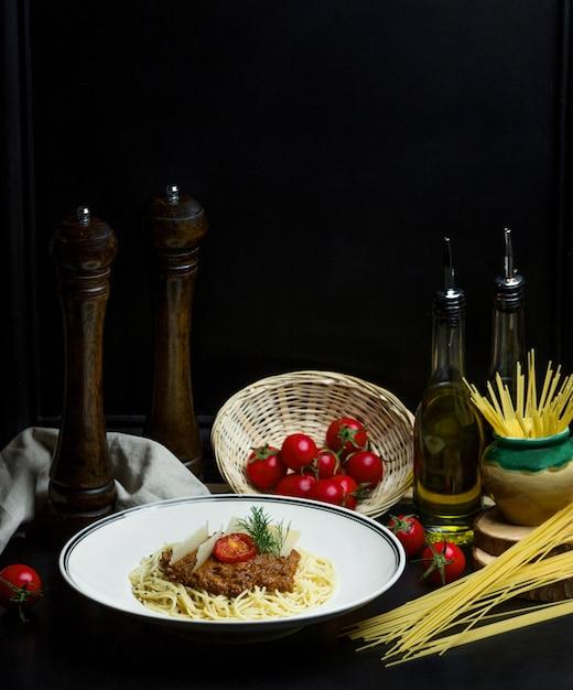 Spaghetti mit fleischsoße kirschtomate und parmesan Kostenlose Fotos