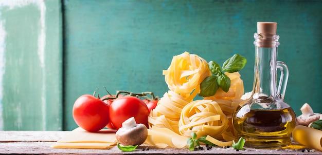 Spaghetti mit frischen zutaten Kostenlose Fotos