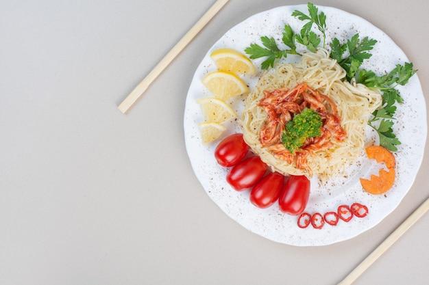 Spaghetti mit gehacktem huhn und gemüse auf weißem teller Kostenlose Fotos