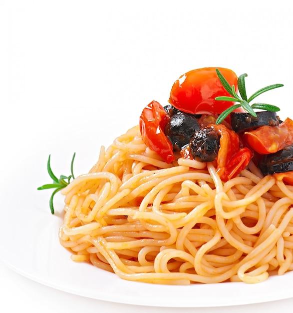 Spaghetti mit tomaten und oliven Kostenlose Fotos