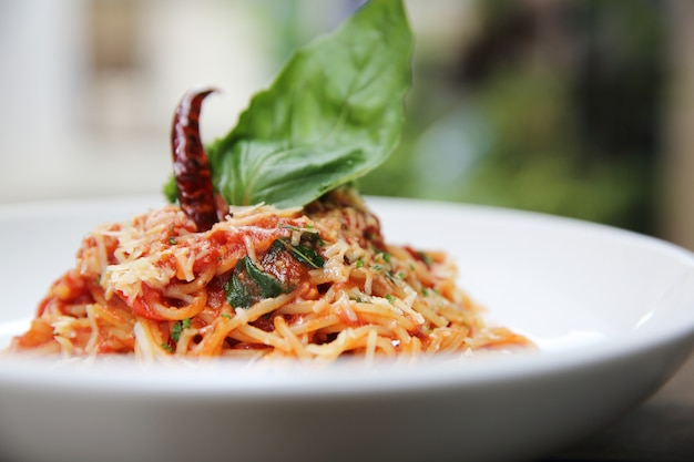 Spaghetti mit tomatensauce und frischem basilikum auf holz, italienische pasta Premium Fotos