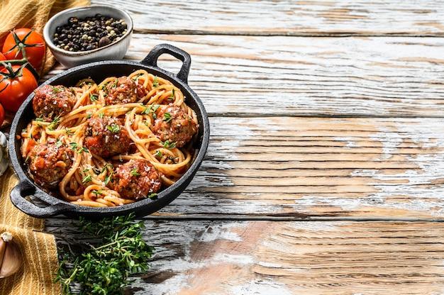 Spaghetti-nudeln mit fleischbällchen und tomatensauce. weißer hölzerner hintergrund. draufsicht. speicherplatz kopieren Premium Fotos