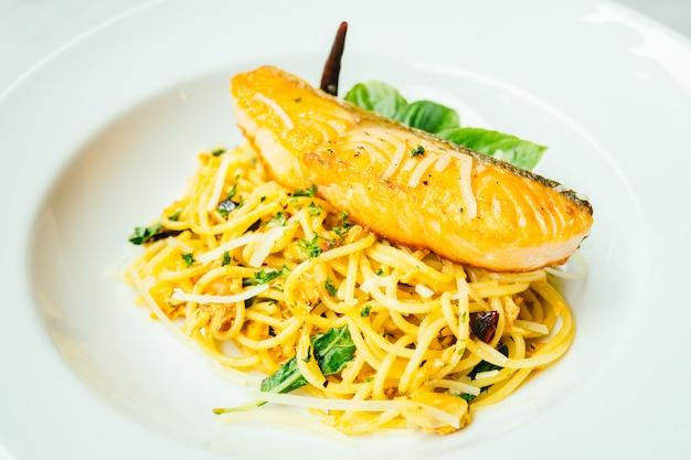 Spaghetti und pasta mit lachsfiletfleisch Kostenlose Fotos