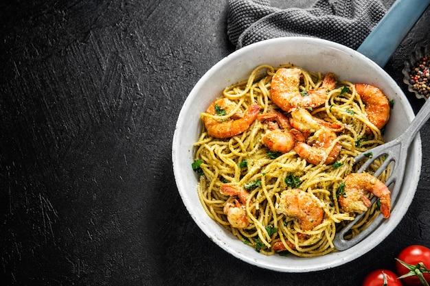 Spaghettinudeln mit pesto und garnelen Premium Fotos