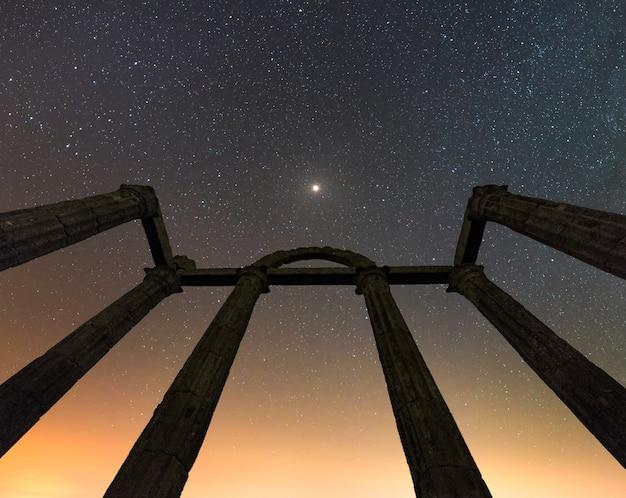 Spalten von römischen ruinen mit einem sternenklaren himmel Premium Fotos