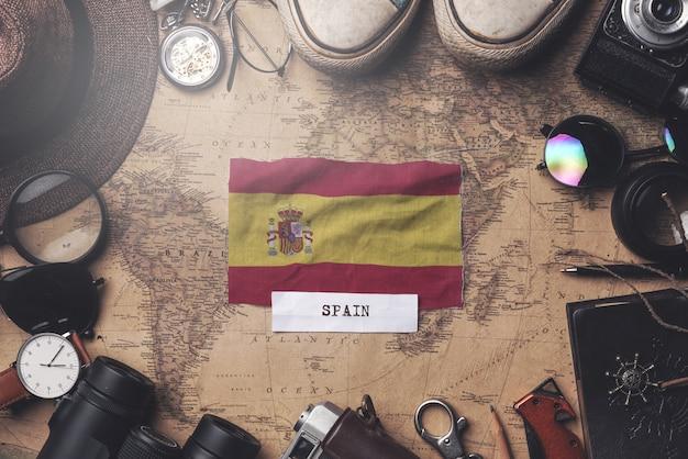 Spanien-flagge zwischen dem zubehör des reisenden auf alter weinlese-karte. obenliegender schuss Premium Fotos