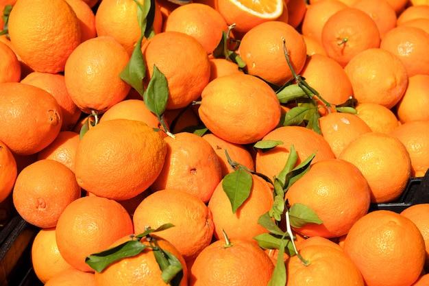 Spanische frische orangen auf stallmarkt in südspanien Premium Fotos