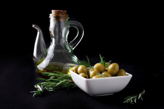 Spanische oliven mit blättern Premium Fotos