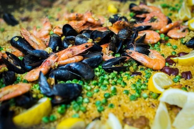 Spanische paella mit garnelen, muscheln und erbsen Kostenlose Fotos