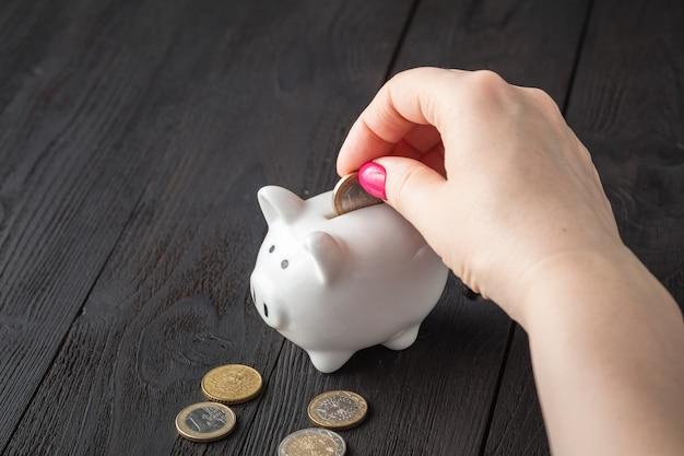 Sparen sie geld konzept, sparschwein in einer menschlichen hand Premium Fotos