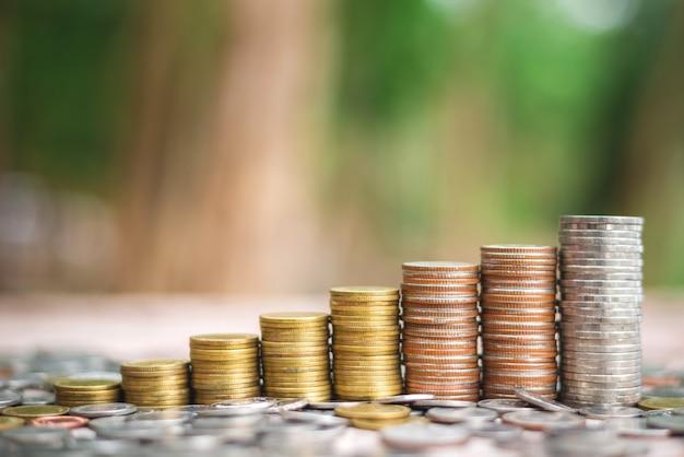 Sparen sie geldkonzept mit wachsendem geschäft des münzenstapels Premium Fotos