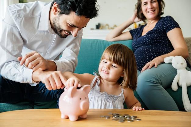 Sparendes geld der familie im sparschwein Premium Fotos