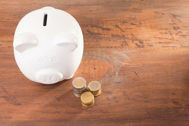 Sparschwein mit münzen Premium Fotos