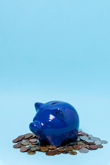 Sparschwein über einem stapel münzen Premium Fotos