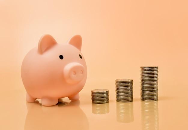 Sparschwein und münzsäulen. währungsänderungskonzept. Premium Fotos