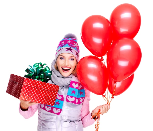 Spaß glückliche junge frau mit roter geschenkbox und luftballons lokalisiert auf weiß Kostenlose Fotos