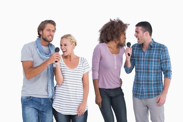 Spaßgruppe bei karaoke Premium Fotos