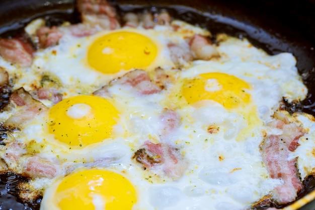Speck und gesalzenes ei und mit englischem frühstück bestreut Premium Fotos