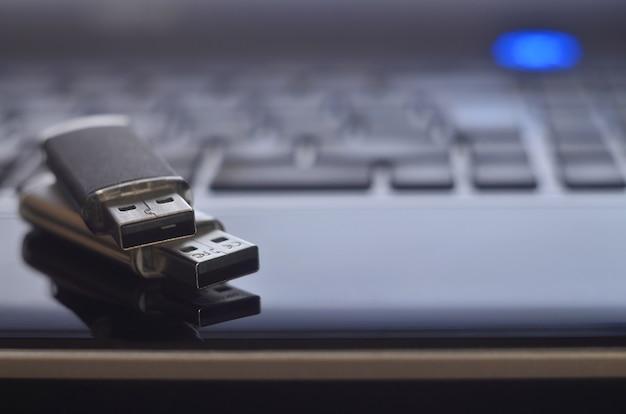 Speicherkarten auf der laptop-tastatur Premium Fotos