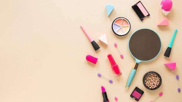 Spiegel Mit Verschiedenen Kosmetik Auf Beige Tabelle Download Der