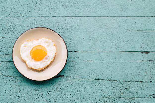 Spiegeleier, toast, kaffee, frühstückssatz gesetzt auf einen blauen holztisch Premium Fotos