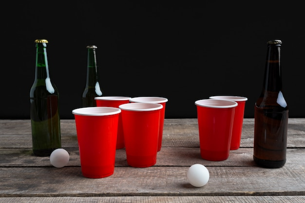 Spiel beer pong auf holztisch Premium Fotos