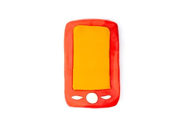 Spielen sie teig smartphone auf weißem hintergrund. handgemachte ton plastilin Premium Fotos