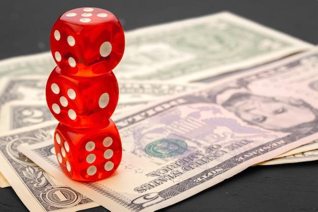 Spielen würfelt und stapel amerikanische dollarscheine. Premium Fotos